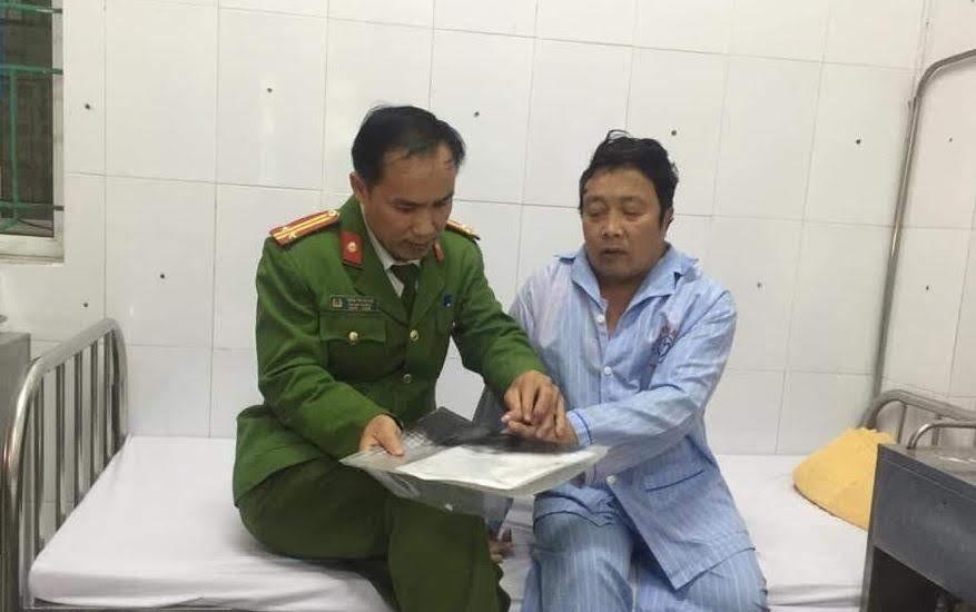 Trung tá Trần Phi Hùng, Phó Đội trưởng Đội Cảnh sát QLHC về TTXH Công an huyện Quỳnh Lưu làm thủ tục cấp phát CMND cho bệnh nhân