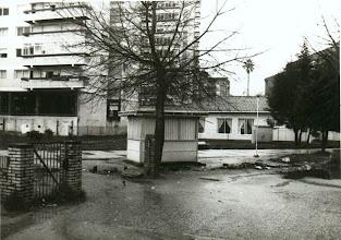 Photo: Kiosko na entrada do colexio. Detrás vese a Palmeira do Xeneral Rubín.