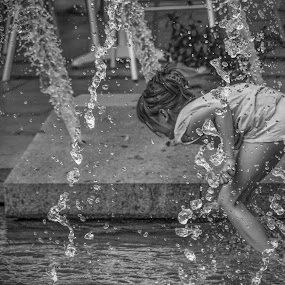 Joy by Nenad Borojevic Foto - Black & White Portraits & People ( water, spine, drop, child, hand, girl, ear, le, hands, fountain, drops, arms, legs, arm, head, nose, hair,  )