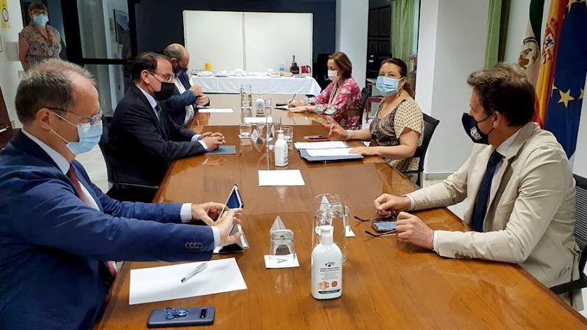 Fotografía de la reunión mantenida.