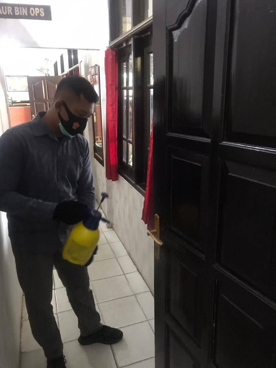 Cegah Penyebaran Covid-19, Satintelkam Polres Kobar Lakukan Penyemprotan Cairan Disinfektan