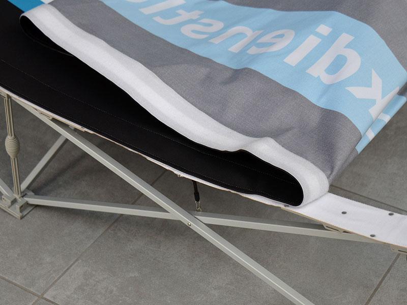 Photo: Dank Klettverschluss lässt sich das bedruckte Banner einfach auf dem faltbaren Gittersystem anbringen
