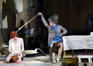 Photo: Wien/ Akademietheater: DIE PRÄSIDENTINNEN von Werner Schwab. Inszenierung David Bösch. Stefanie Dvorak, Regina Fritsch. Copyright: Barbara Zeininger