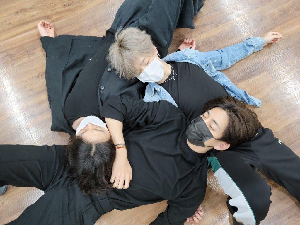 bts-maknae-sleeping-0