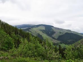 Photo: 11.W pewnym momencie otwiera się przede mną widok na Rovną hoľę (1722 m) i Chopec (1548 m)...