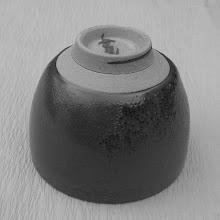 写真: 鉄紗釉ぐい呑み:高台  掲載作品のお問い合わせは ℡/FAX 098-973-6100でお願致します。
