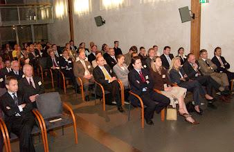 Photo: Aandachtig luisterend naar de toespraak prof. dr. Herre Kingma ter gelegenheid van de Galenus Researchprijs 2004 in Naturalis te Leiden foto © Bart Versteeg