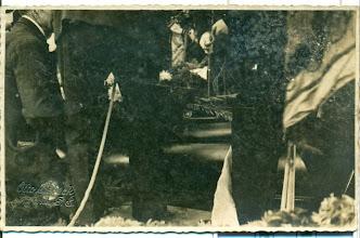 Photo: Pogrzeb Mullera. Prawdopodobnie złożenie trumny do grobu.