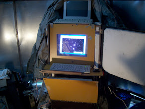 Photo: Styroxilla lämpöeristetyn vanerilaatikon alaosassa on 2 tietokoneen keskusyksikköä ja toinen näytöistä on plexilasi-ikkunan takana. Kovilla pakkasilla lisälämpöa antaa pakkasvahti.