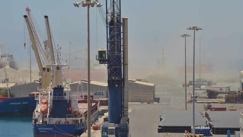 Se abre investigación tras la denuncia por presuntas prácticas contaminantes en puerto de Almería.