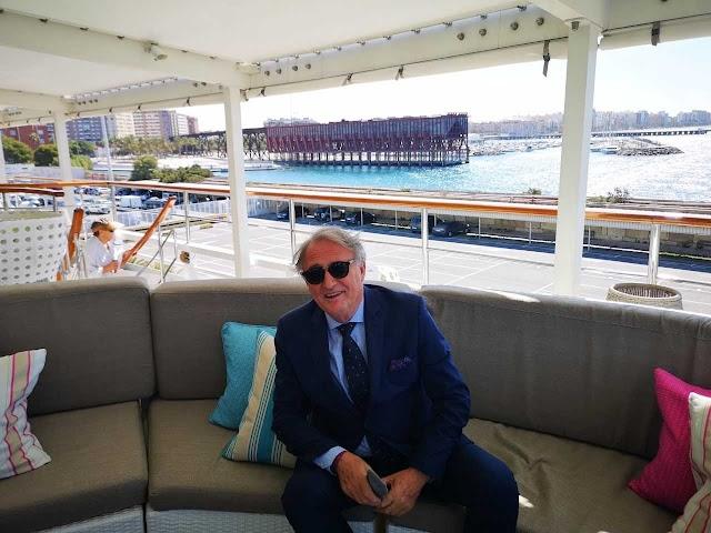 El presidente de la Autoridad Portuaria de Almería, Jesús Caicedo, en su visita al crucero.