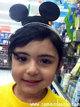 Photo: En nuestra ida a Walmart, Emily quería probarse todo lo que encontraba.
