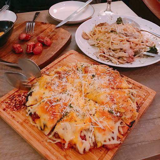 🍕蛋汁總匯披薩  「起司很濃厚 熱熱吃還不錯 只可惜冷掉後有點膩口」  🍝蛋汁培根奶油義大利麵   「雖然是白醬 但味道屬於清爽型」  🐖德式香腸  味道一般  看到網路上一片好評 帶著很大的期