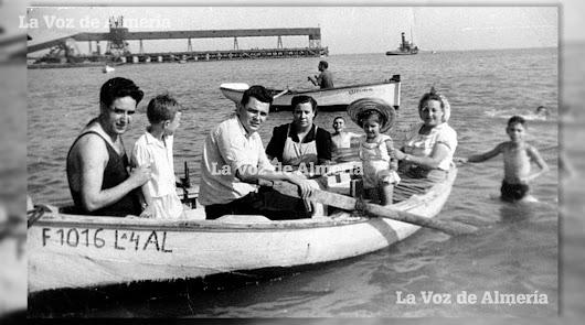 La querida familia del restaurante Imperial dando un paseo en barca por la playa de las Almadrabillas con el cargadero al fondo.