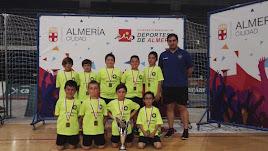 Los campeones de Almería posan con su trofeo.