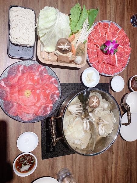 湯頭好❤️呀~一直加湯一直喝湯 海鮮也超新鮮,牛舌好彈牙~ 好好吃,還要續訪 調酒也很好喝