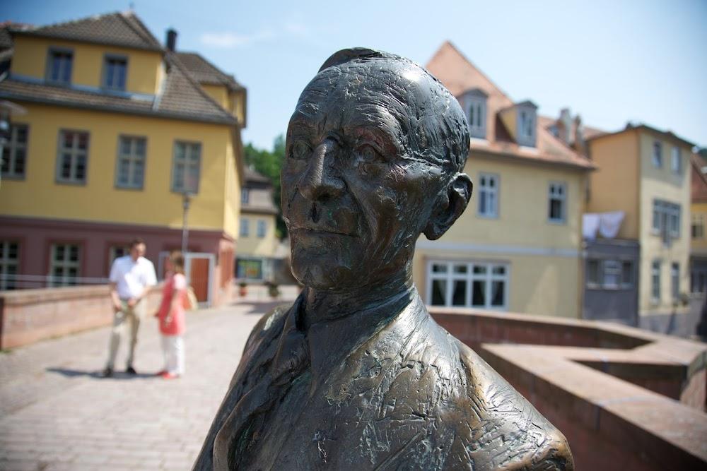 Hermann Hesse heißt die Besucher in Form einer Statue willkommen in seiner Geburtsstadt Calw