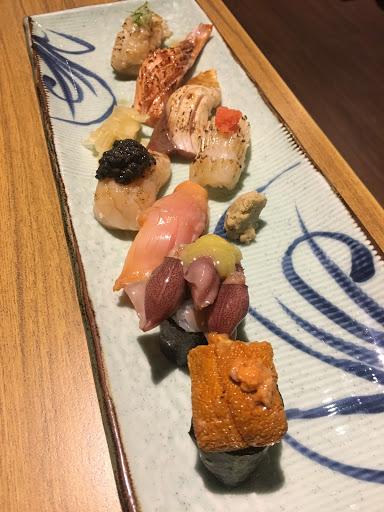 《雙人套餐》 生魚片好吃又大片 螃蟹很大是缺點也是優點 壽司比較還好 湯好喝 甜點不喜歡