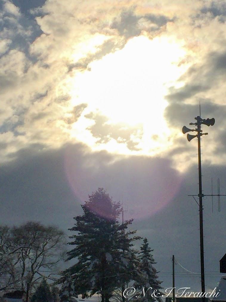 雲間から煌めく光