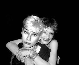 Photo: Edwige et Loulou de la Falaise, Le Palace 1978.