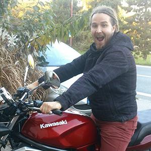 Helmutt Dan bez helmy na motorku - to se nedělá !