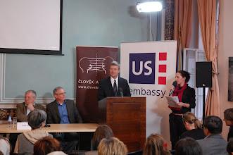 Photo: Na úvod všechny přivítal Paul Oglesby, tiskový atašé, Velvyslanectví Spojených států amerických