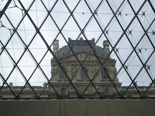 Desde dentro da piramide do Louvre