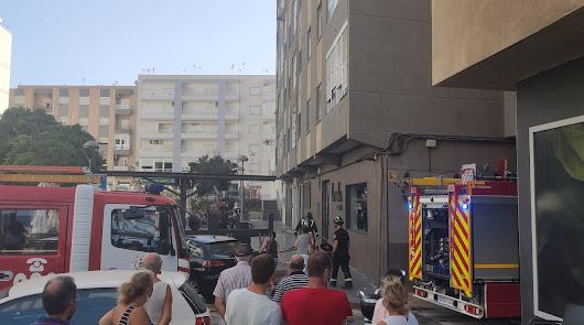 Los bomberos intervienen en el incendio de una cocina en un piso de El Zapillo
