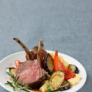 Lammkarree mit Gemüse und cremiger Polenta