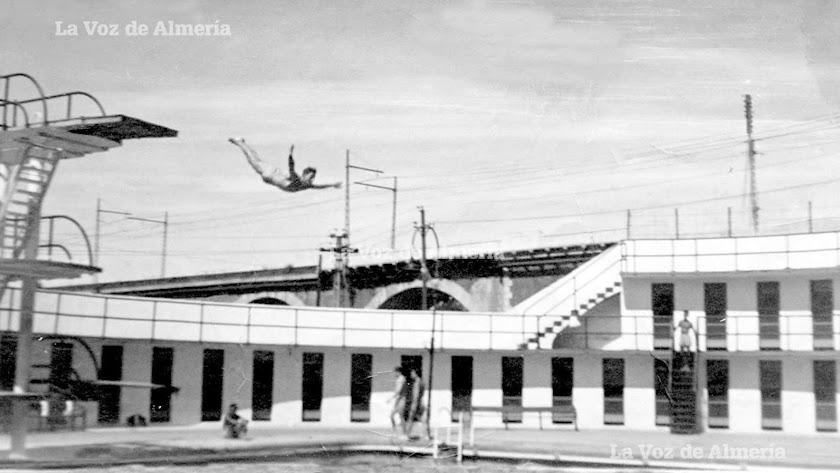 La piscina sindical y al fondo el puente de piedra que comunicaba la estación con el cargadero Inglés. Lujo con vestuarios y tres trampolines.