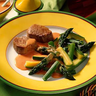 Grüner Spargel mit Zucchini und Sauce Choron