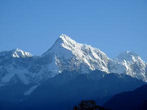Photo: Lever de soleil sur les montagnes le Numbur et le Khatang depuis Ningali