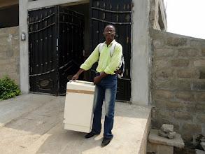 Photo: un centre de santé vient chercher des chevets et des lits