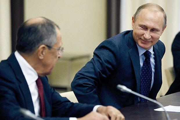 Владимир Путин и Сергей Лавров во время встречи с Александром Вучичем, 29 октября 2015.