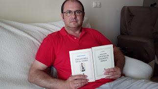 Antonio Guerrero junto a sus dos libros.