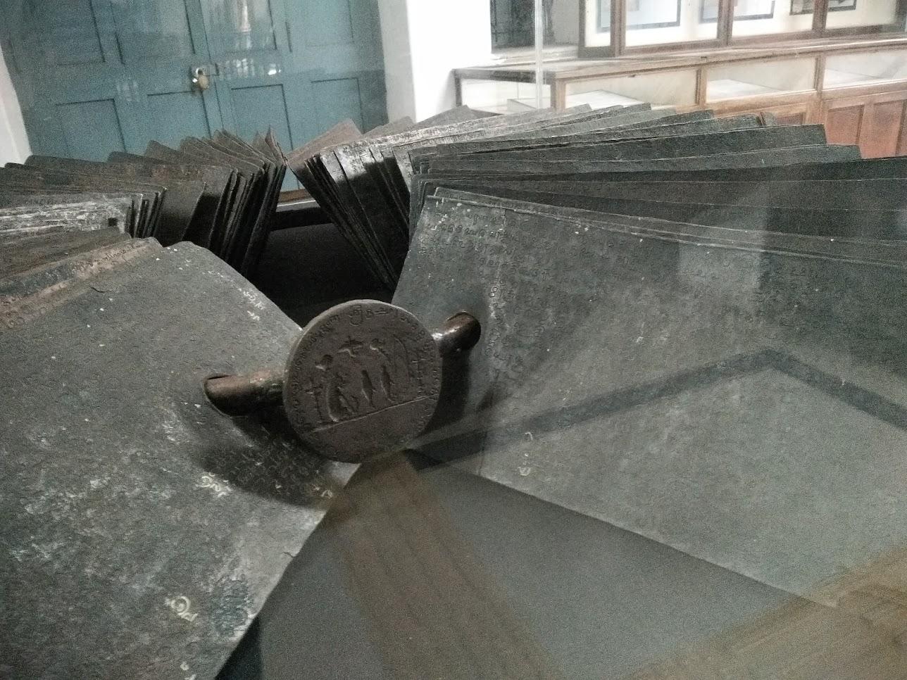 文字の記された鉄板