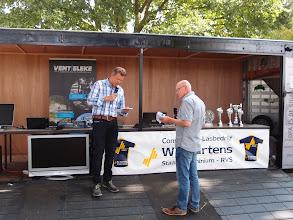 Photo: De presentatoren Raoul van Rie (links) en Ton Berkers (rechts) leiden het publiek naar de vierde en laatste heat.