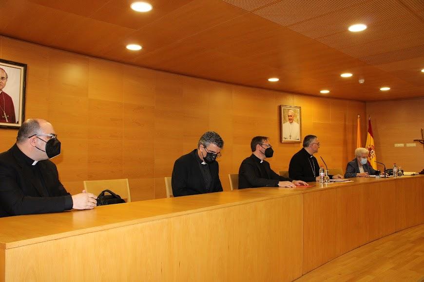 El canciller entrante, el vicario episcopal de pastoral, el vicario general, el obispo coadjutor y la canciller saliente.