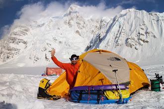 Photo: Większość wyruszyła od razu do kolejnego, wyższego obozu. Natomiast my spokojnie bez nerwów zostawiliśmy namioty w miejscu gdzie wylądowaliśmy. Wykopaliśmy otwór na 2 metry głębokości aby złożyć tzw. depozyt ( gaz i jedzenie) , który możemy odkopać po kilku tygodniach gdyby znowu nie było pogody i bylibyśmy zmuszeni do czekania na samolot np. tydzień. Spotkaliśmy kolejnych rodaków, którzy zeszli z góry i czekali na samolot aby się wydostać z lodowca. Było to małżeństwo z Łodzi ze swoim Tatą. Poznali nas po chwili rozmowy i stwierdzili, że pamiętają mnie i Jacka jak dwa lata temu się spotkaliśmy i im pomogliśmy w Argentynie podczas wejścia na Aconcagua. Po miłych chwilach wspomnień przekazali nam nie pocieszające wiadomości. Nie udało im się zdobyć szczytu, jedna osoba w ich 3 osobowym zespole się rozchorowała, w tym roku mało osób zdobywa szczyt bo zaledwie 24% próbujących, natomiast dwumiesięczny sezon dopiero się zaczął a już zdarzyły się wypadki śmiertelne.
