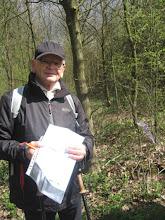 Photo: Kamień oddziałowy zaznaczony fioletową wstążeczką. Andrzej wyciąga mapę, żeby go na niej zaznaczyć.