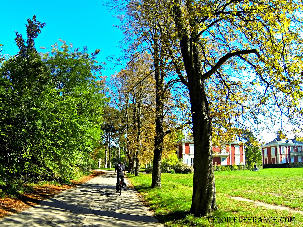 Cycling in the Bois de Vincennes park -  Cycling guide from Paris to the Marne River by veloiledefrance.com