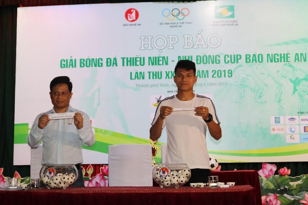 Cầu thủ Phạm Xuân Mạnh và nhà báo Nguyễn Hải Hưng (Đài PT-TH Nghệ An) bốc thăm, chia bảng đấu lứa tuổi nhi đồng