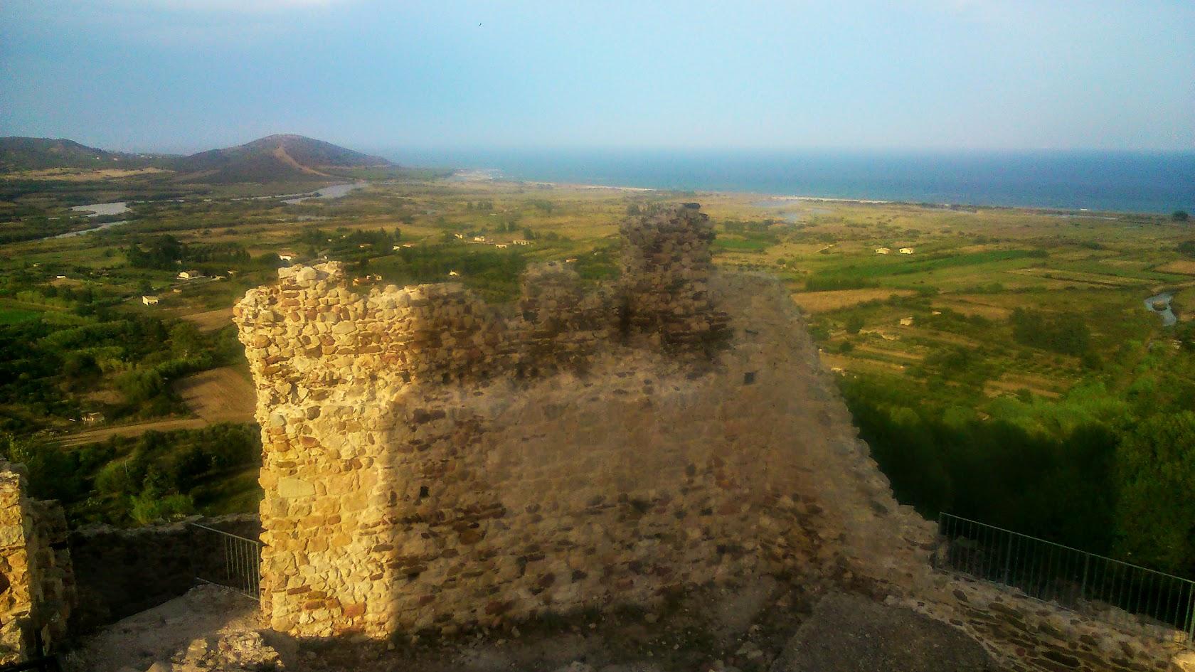 Часть разрушенной стены на башне
