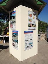 Photo: 3 posters présentant le programme de reconstruction d'écoles (PARIS) de la coopération suisse