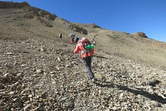 Photo: Du collet à 5030m on poursuit en écharpe sur des traces de sentier...