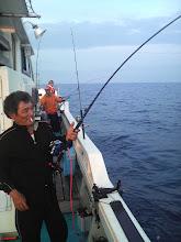 Photo: 底引き師の内田さんも入れ食いモード! タイ、イサキ・・・しかし半分近くサメのえじきに! 後方でも岩城さんもヒットしています!