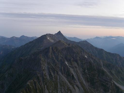 日の出前に北穂高小屋から槍ヶ岳を望む