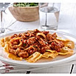 Ravioli Met Pittige Tomatensaus, Tonijn En Gebakken Uienringen