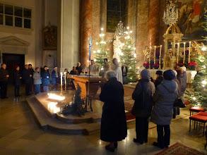 Photo: ... kommen, von unserem Pfarrer Markus Beranek eingeladen, auch einige Kirchenbesucherinnen und Kirchenbesucher zum Altar