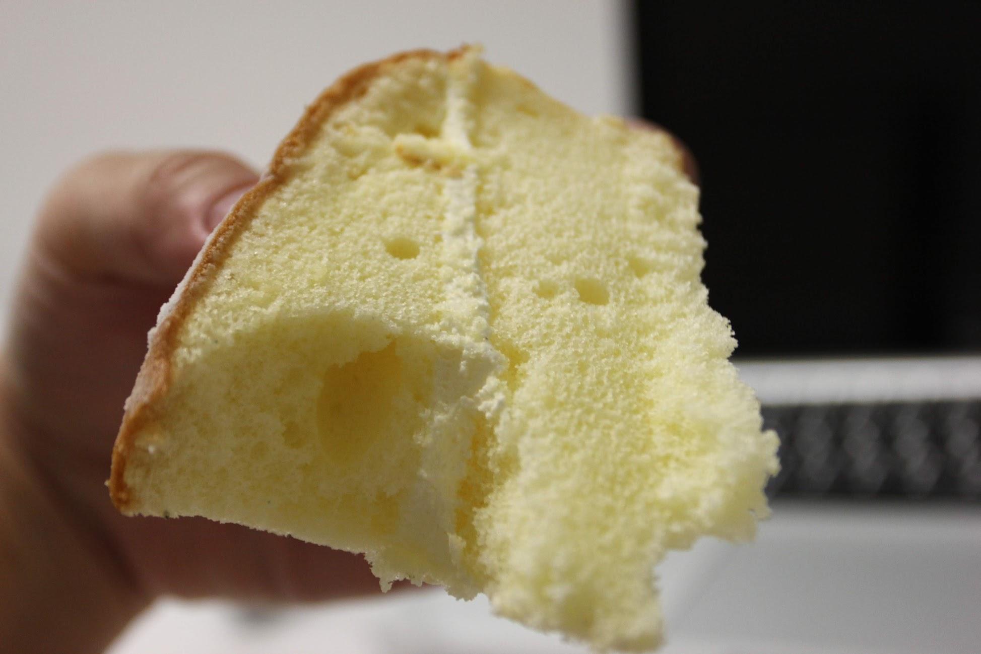 海綿蛋糕蓬鬆,中間奶油適硬式奶油,搭起來是還不錯,不過老媽喜歡軟軟的奶油...